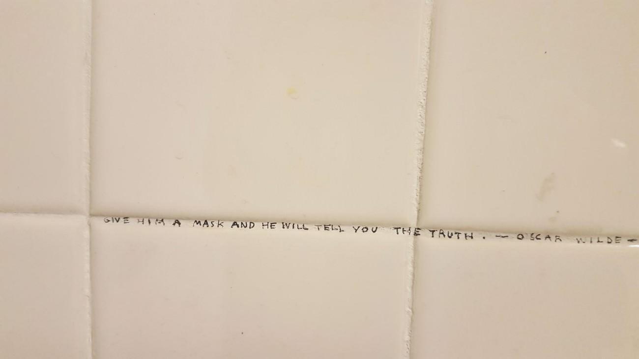 Steve Giasson. Performance invisible n° 71 (Écrire sur le mur d'une toilette publique d'une université une réponse à un problème philosophique présumé). Performeur : Anonyme. Crédit photographique : Yannick Delbecque. Université McGill, Montréal. 7 février 2016.