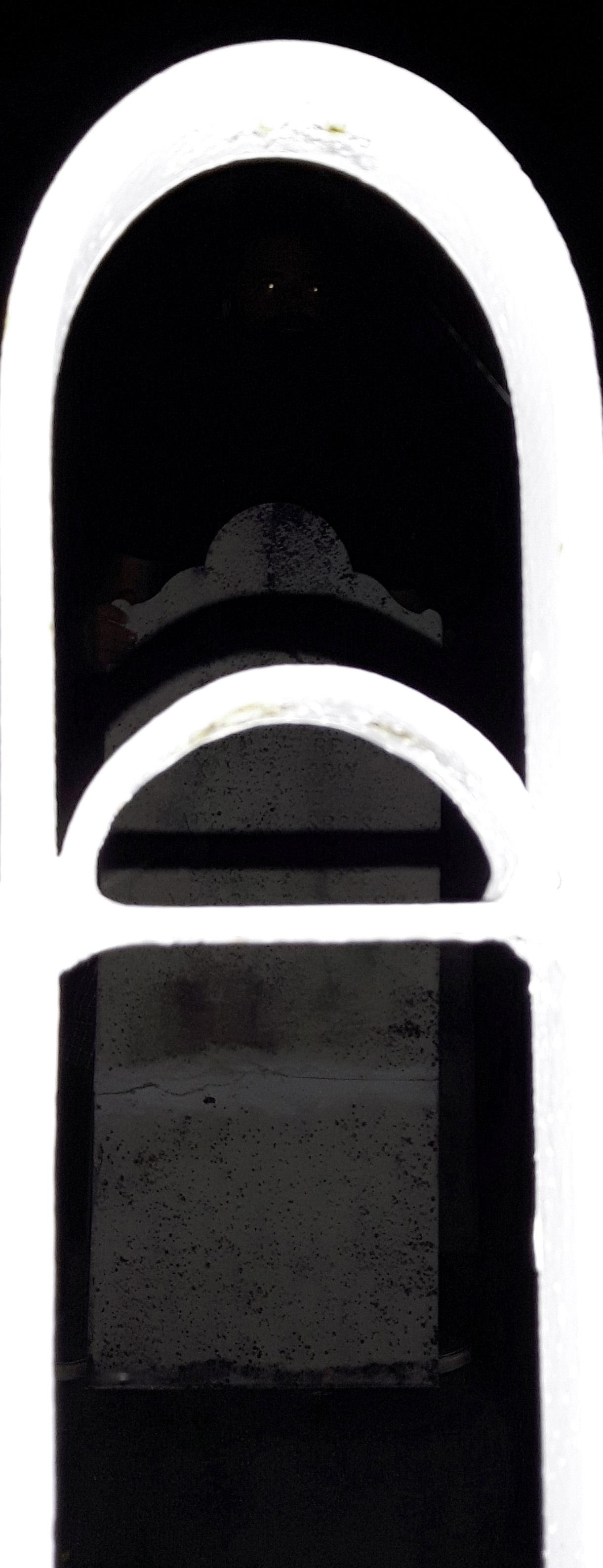 Steve Giasson. Performance invisible n° 6 (Remettre une pierre à sa place (dans un mur, dans un trottoir, dans un lac)). Performeur : Guillaume Dufour Morin. Crédit photographique : Émile Lachance-Landreville. Jardins commémoratifs Saint-Germain. 19 août 2016.