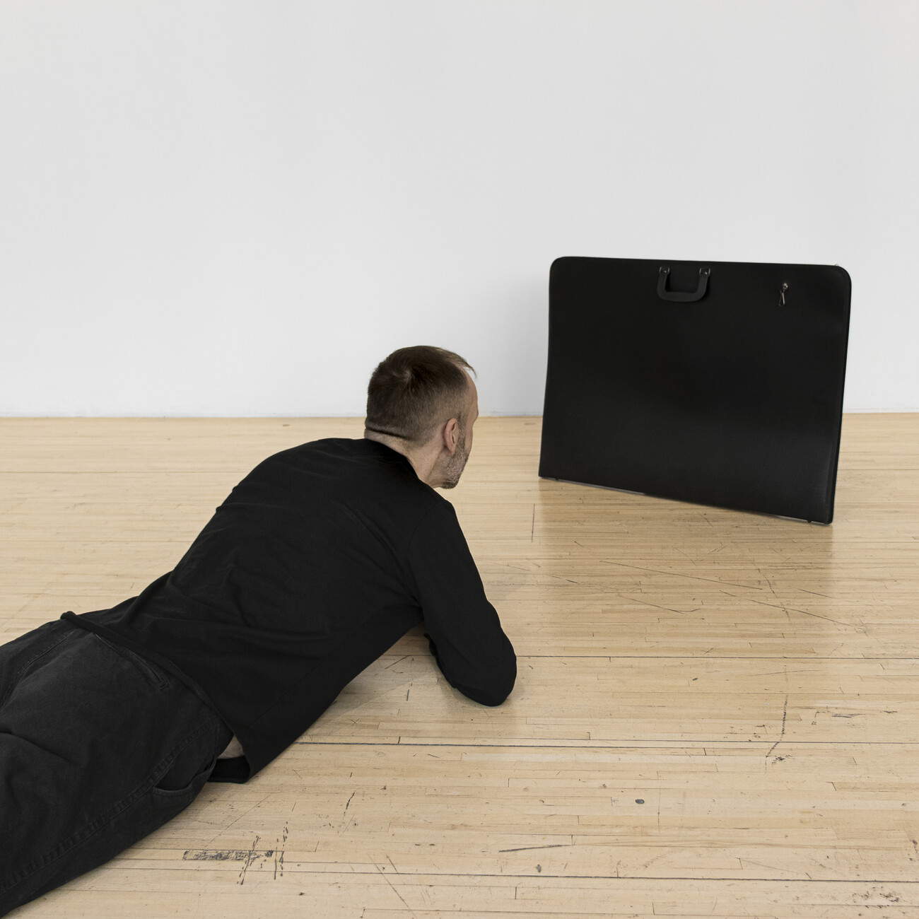 Steve Giasson. Performance invisible n° 170 (Se méfier des images). Enactment de WilliamWegman. Portable TV. 1971/1992. Performeur : Steve Giasson. Crédit photographique : Martin Vinette. AXENÉO7, Gatineau. 4 novembre 2019.