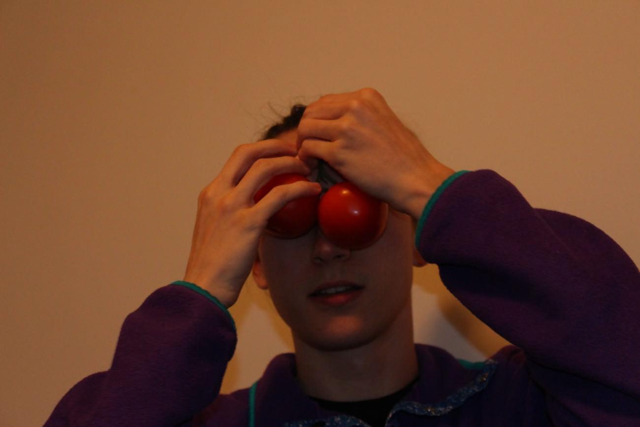 Steve Giasson. Performance invisible n° 32 (Voir rouge). Performeuse : Alex Pruneau. Crédit photographique : Victor Galarreta. 8 mars 2018.