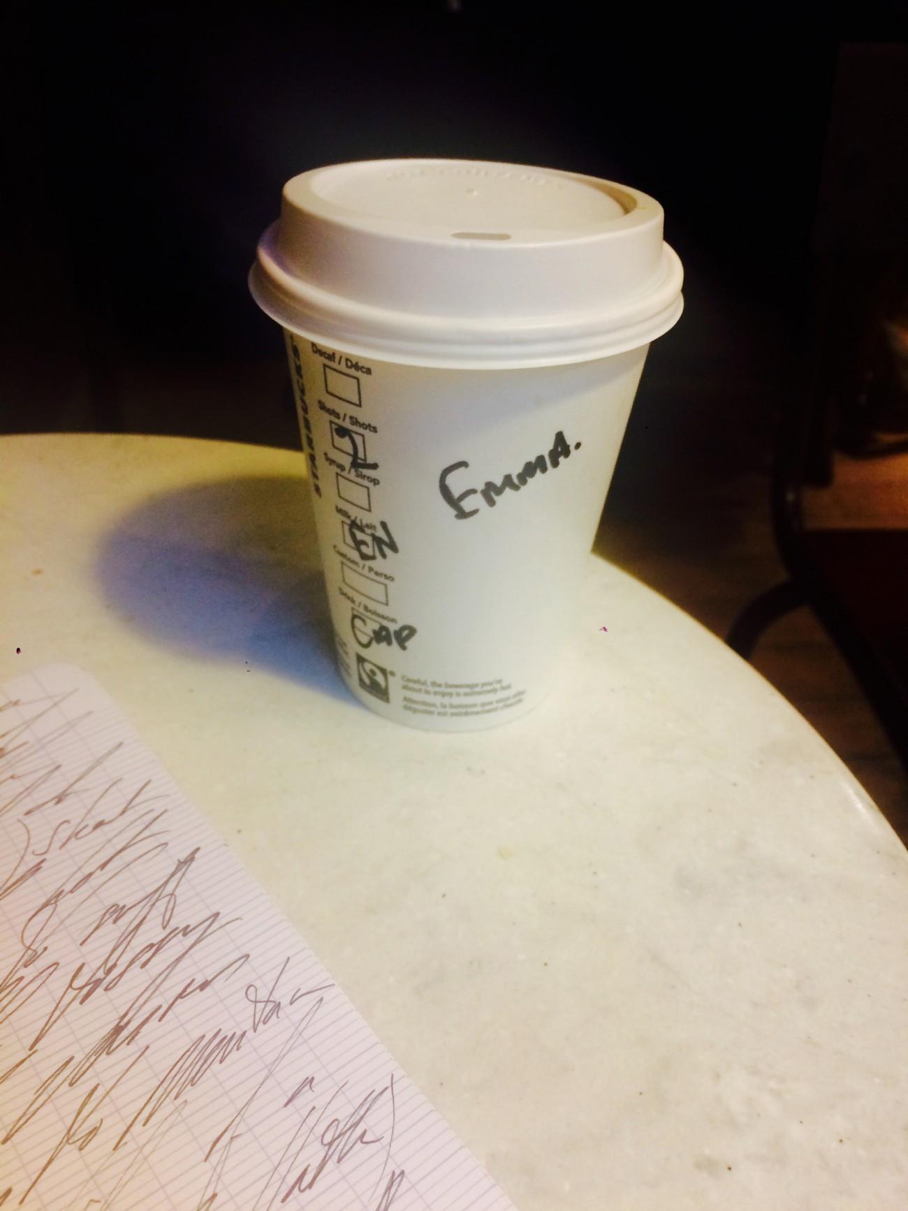 Vanessa Place et Steve Giasson. Performance invisible n° 109 (Mettre son égo de côté : Adopter un faux nom chez Starbucks). Performeuse : Vanessa Place. Crédit photographique : Vanessa Place.31 mars 2016.