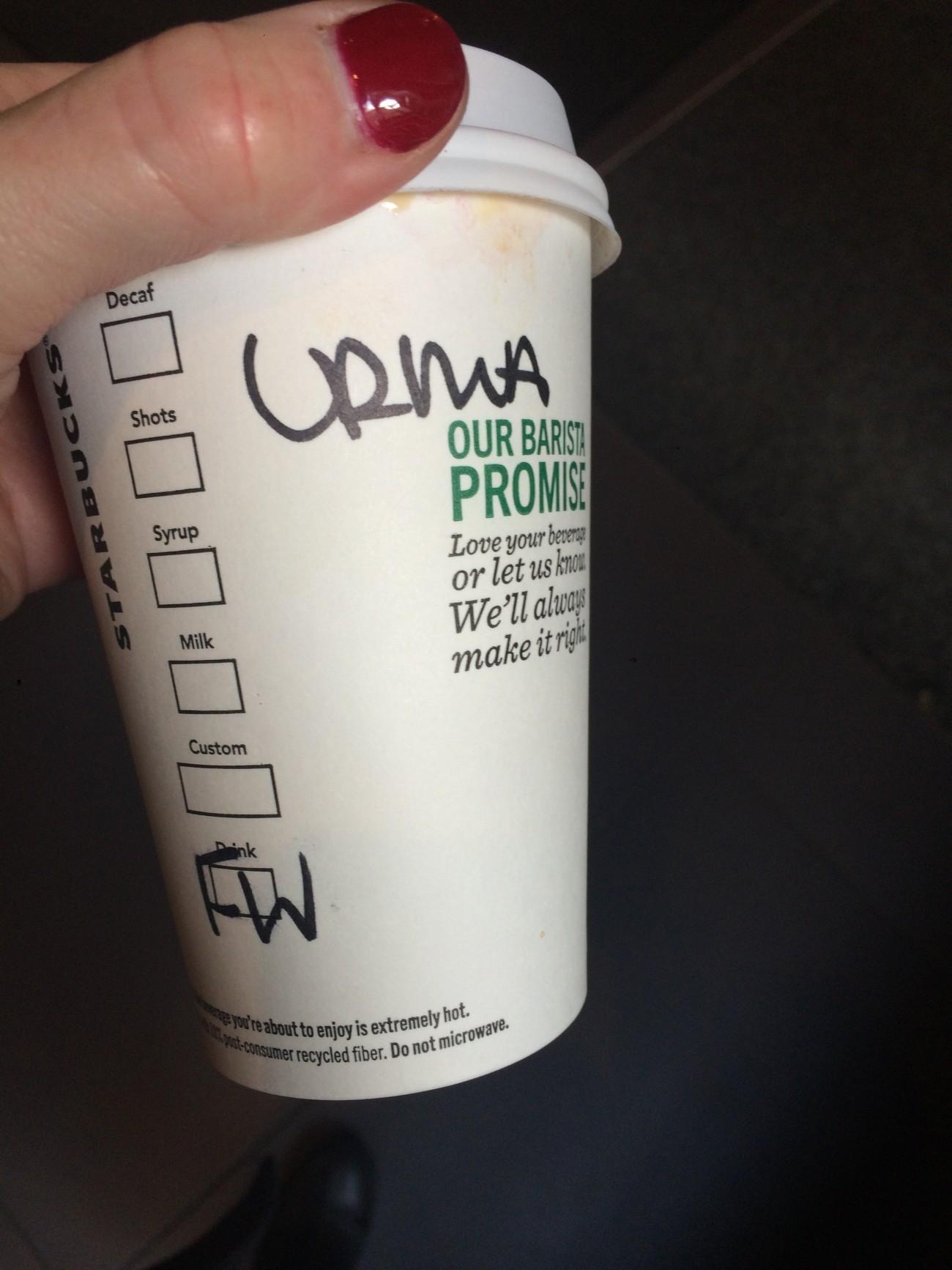 Vanessa Place et Steve Giasson. Performance invisible n° 109 (Mettre son égo de côté : Adopter un faux nom chez Starbucks). Performeuse : Vanessa Place. Crédit photographique : Vanessa Place. 29 mars 2016.