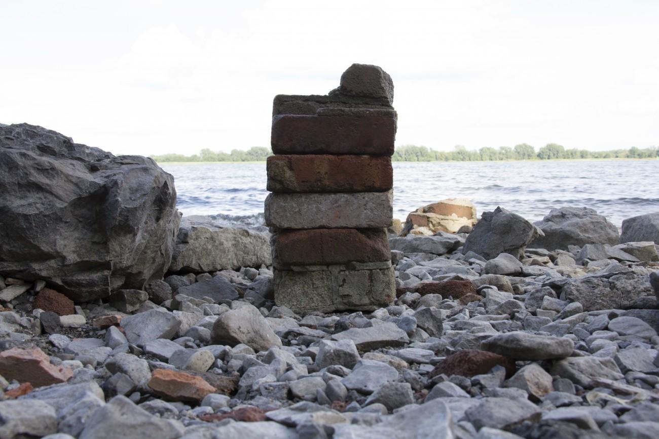 Steve Giasson. Performance invisible n° 16 (Poser des briques par-dessus d'autres briques). Performeur : Steve Giasson. Crédit photographique : Daniel Roy. 8 août 2015.