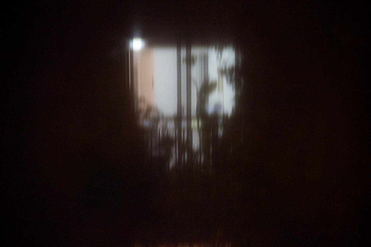 Steve Giasson. Performance invisible n° 29 (Épier quelqu'un ou quelque chose de sa fenêtre.) Performeur : Daniel Roy. Crédit photographique : Daniel Roy. 24 septembre 2015.