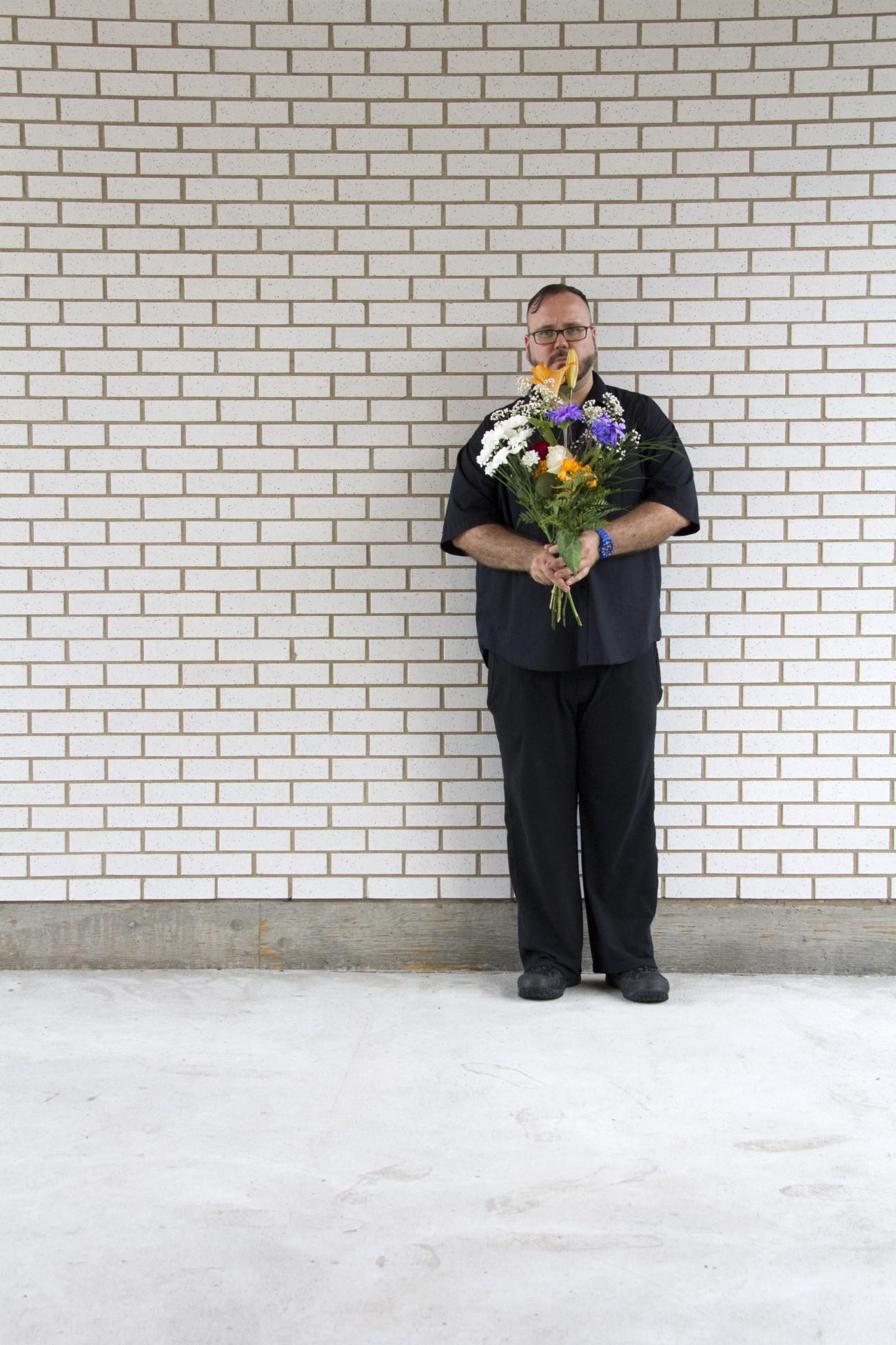 Steve Giasson. Performance invisible n° 10 (Commettre une maladresse volontairement). Performeur : Steve Giasson. Crédit photographique : Daniel Roy. 18 juillet 2015.