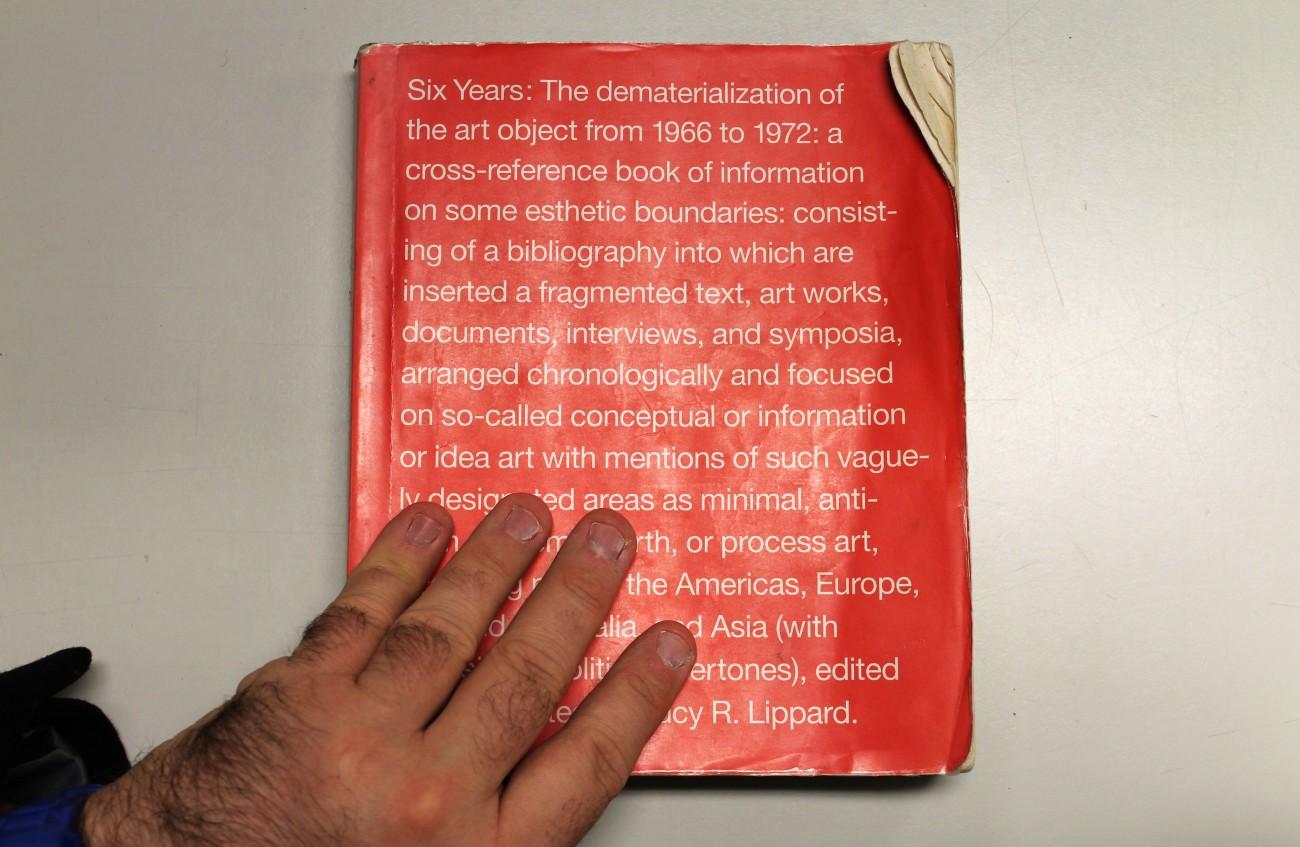 Steve Giasson. Performance invisible n° 54 (Commissarier quelques passages d'un livre (emprunté dans une bibliothèque), en les soulignant délicatement au plomb). Performeur : Steve Giasson. Crédit photographique : Martin Vinette. 11 novembre 2015.