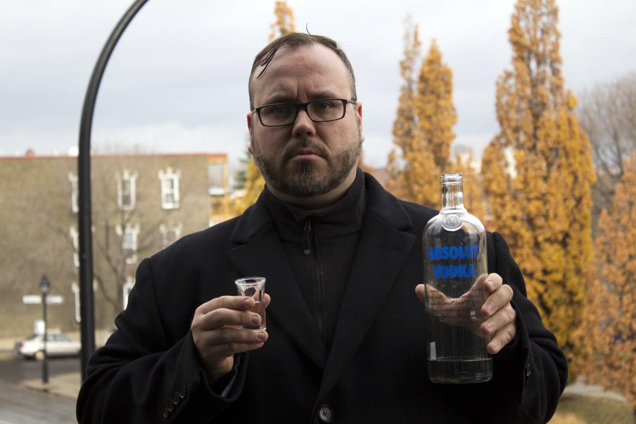 Steve Giasson. Performance invisible n° 44 (Boire de la vodka sous la pluie). Performeur : Steve Giasson. Crédit photographique : Martin Vinette. 11 novembre 2015.