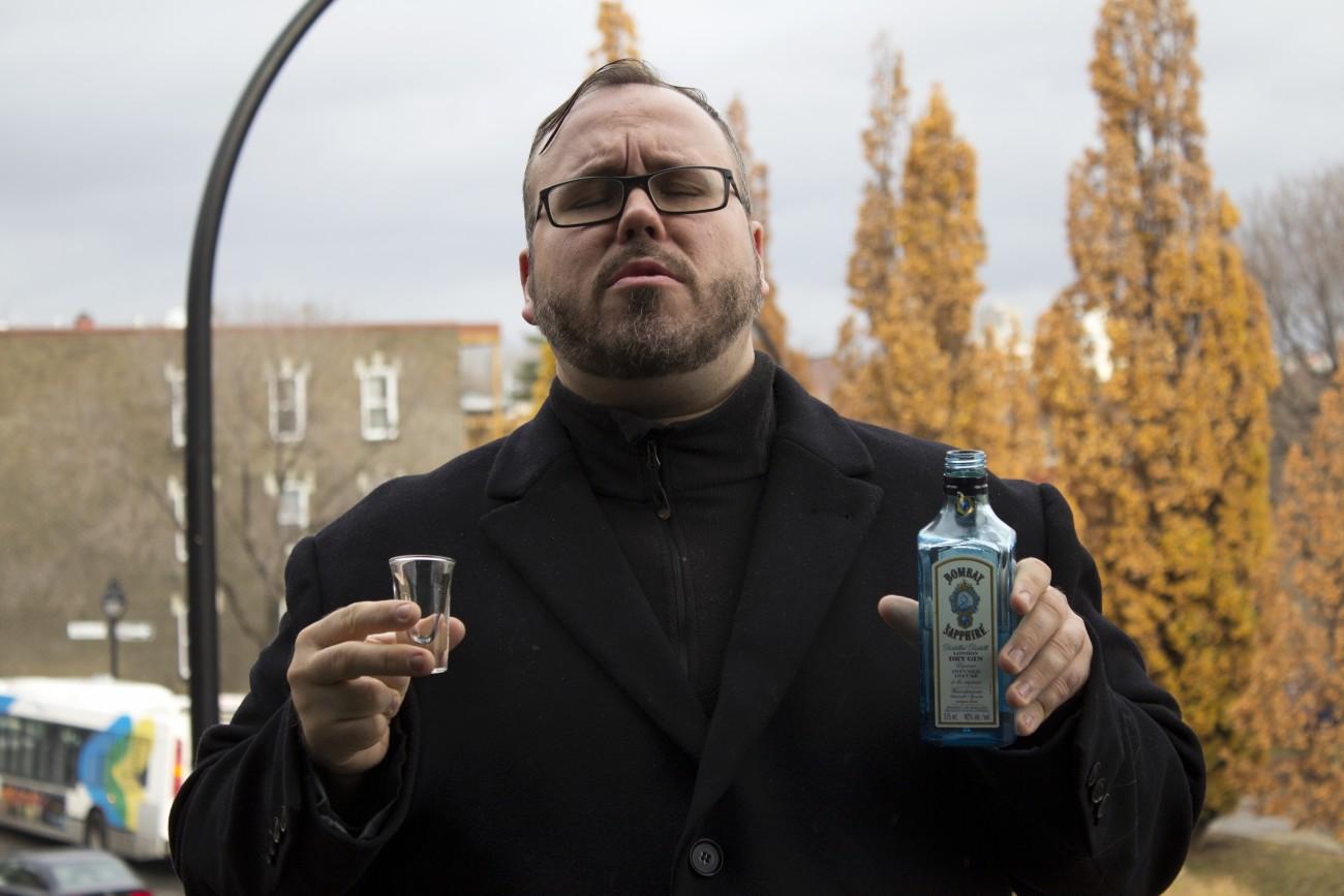 Steve Giasson. Performance invisible n° 45 (Boire du gin sous la pluie). Performeur : Steve Giasson. Crédit photographique : Martin Vinette. 11 novembre 2015.