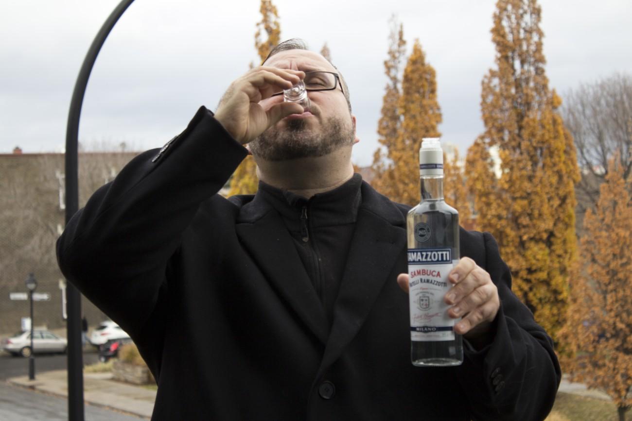 Steve Giasson. Performance invisible n° 50 (Boire de la sambuca sous la pluie). Performeur : Steve Giasson. Crédit photographique : Martin Vinette. 11 novembre 2015.