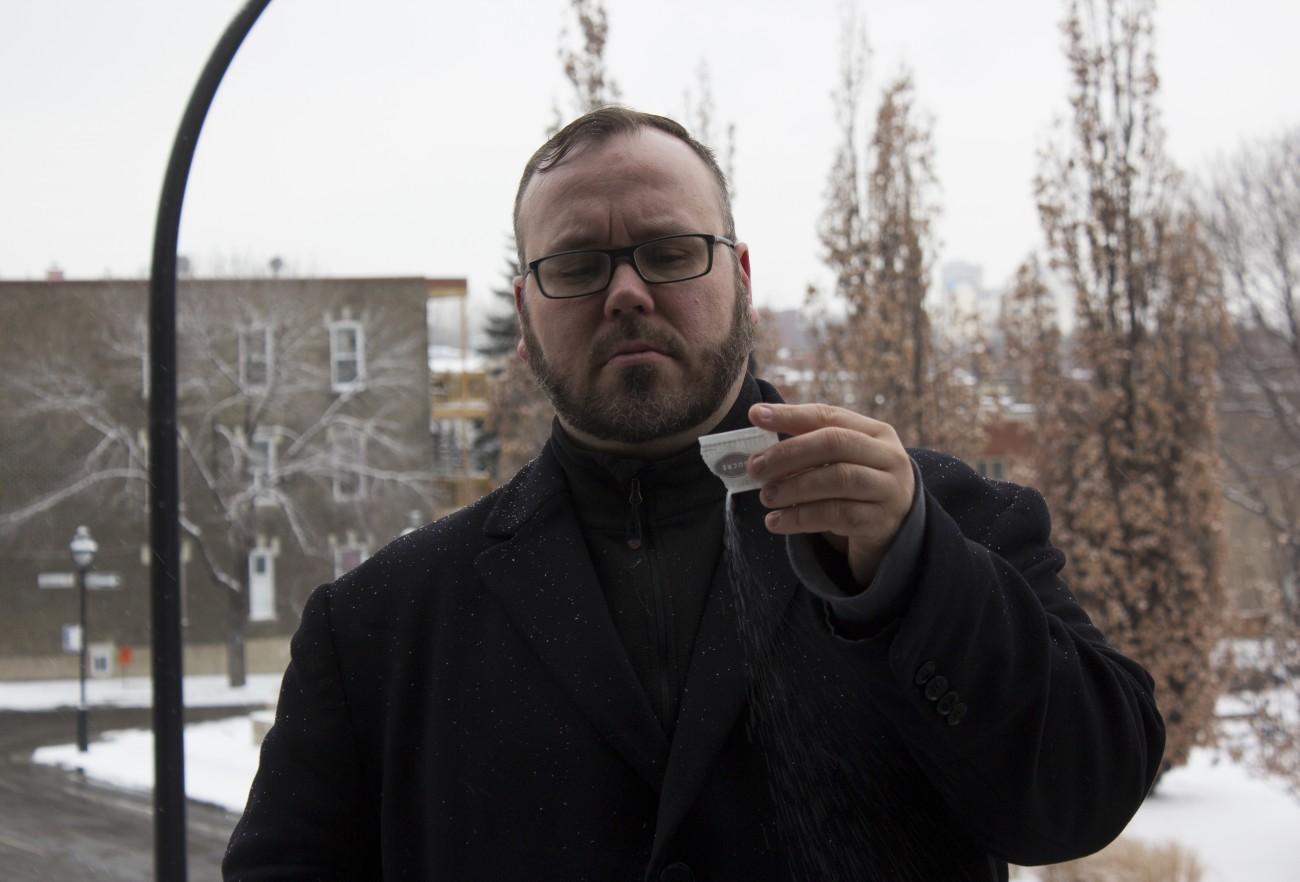 Steve Giasson. Performance invisible n° 84 (Répandre du sucre sous la neige). Performeur : Steve Giasson. Crédit photographique : Martin Vinette. 10 février 2016.