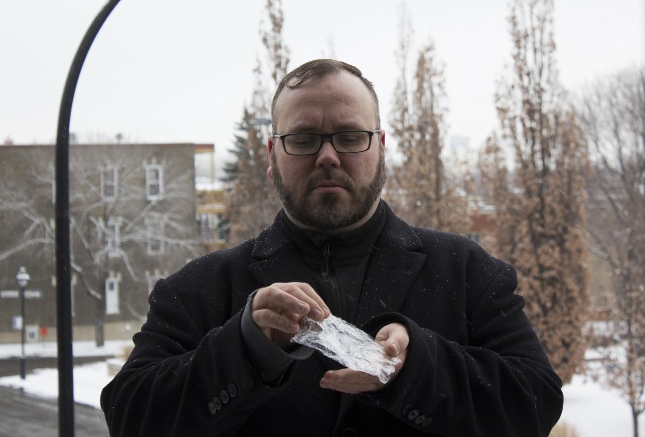 Steve Giasson. Performance invisible n° 89 (Répandre de la cocaïne sous la neige). Performeur : Steve Giasson. Crédit photographique : Martin Vinette. 10 février 2016.
