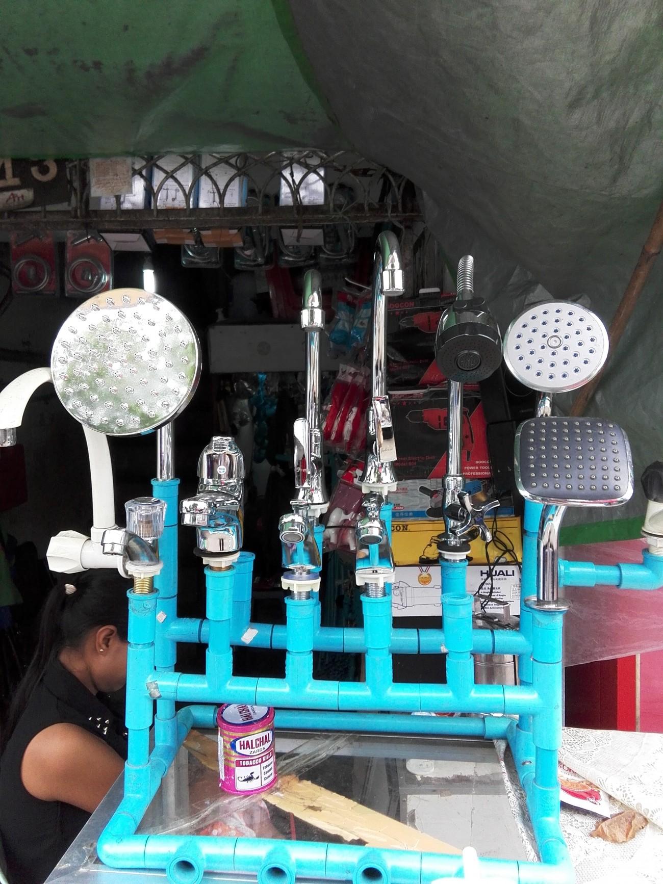 Steve Giasson. Performance invisible n° 7 (Ajouter une pincée de sel dans la mer). Performeur : Nyein Way. Rangoun, Birmanie. 12 août 2015.