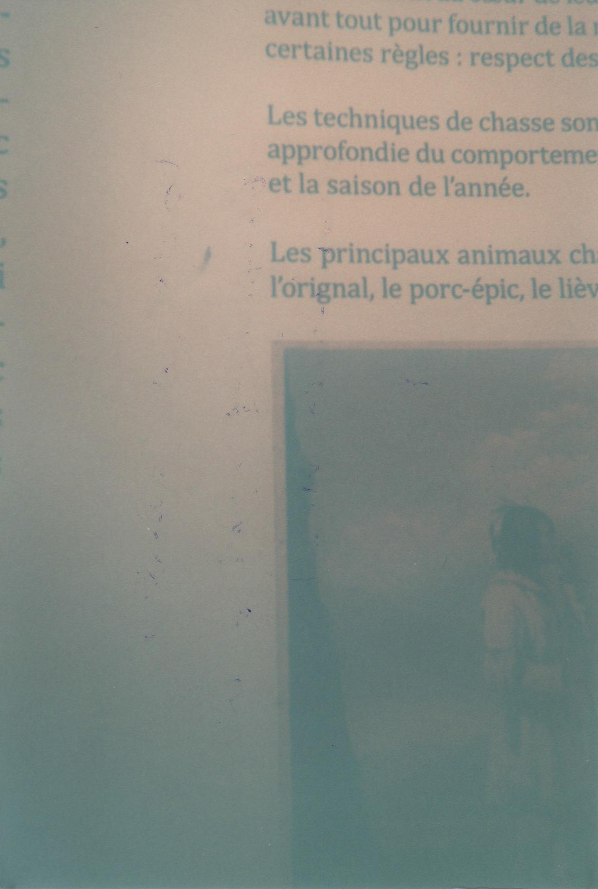Steve Giasson. Performance invisible n° 8 (Laisser, du bout du doigt, une légère tache de graisse sur le mur d'un lieu d'exposition.) Performeur :Jean-Philippe Luckhurst-Cartier. Performance activée dans le cadre de Parcours Neuf à Cinq, Occurrences estivales 2015, Péristyle nomade. Montréal. 13 août 2015.