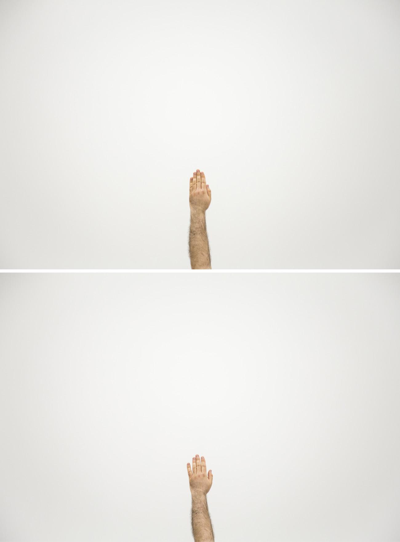 Steve Giasson. Performance invisible n° 140 (Lever la main). D'aprèsCeal Floyer. The Answer. 2015. Performeur : Steve Giasson. Crédit photographique : Daniel Roy. Galerie UQO, Gatineau. 21 avril 2018.