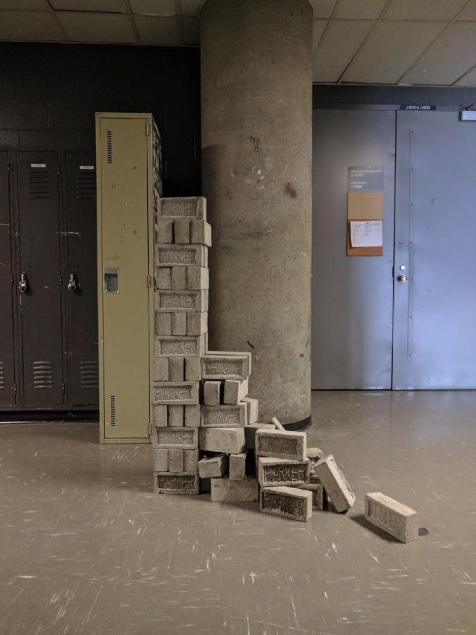 Steve Giasson. Performance invisible n° 16 (Poser des briques par-dessus d'autres briques). Performeur : Matthieu Parker. Crédit photographique : Matthieu Parker. 12 mars 2017.