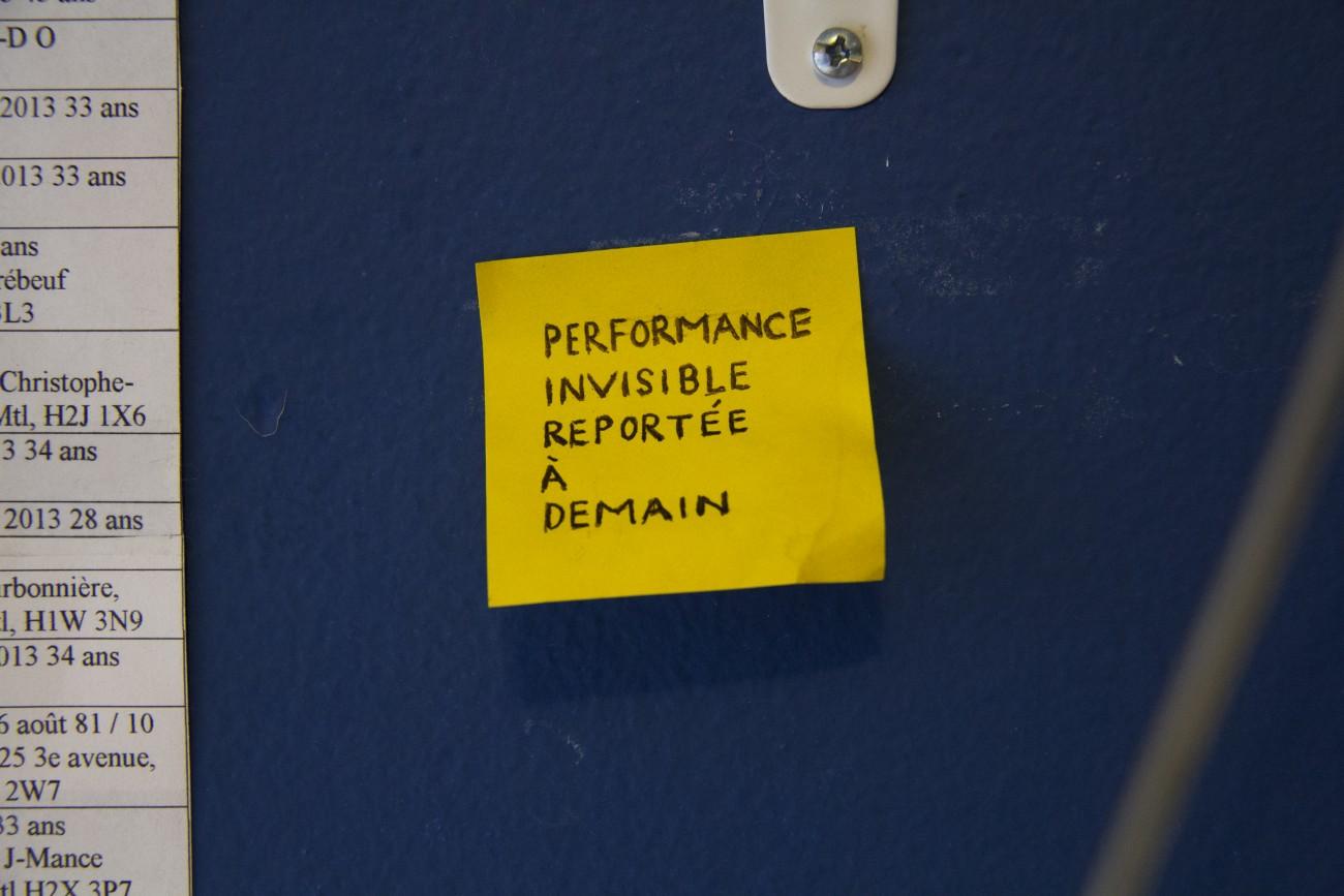 Steve Giasson. Performance invisible n° 105 (Remettre une tâche au lendemain). D'après Roman Ondák. Deadline Postponed Until Tomorrow. 2005. Performeur : _____________. Crédit photographique : Daniel Roy. 27 février 2016.