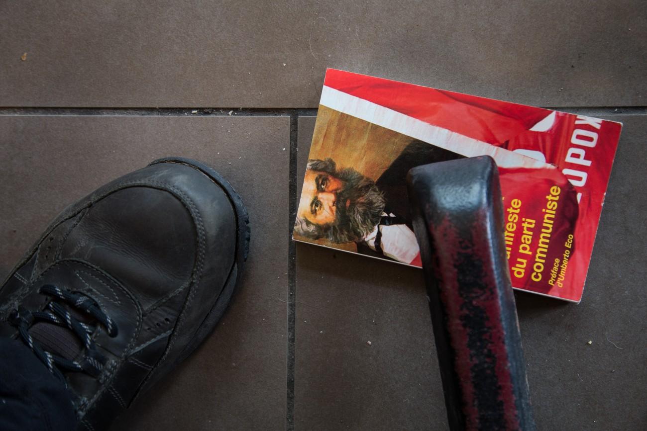 Steve Giasson. Performance invisible n° 111 (Exploiter les morts). D'après Mladen Stilinović. Exploitation of the Dead (1984 -1990). Performeur : Steve Giasson. Crédit photographique : Daniel Roy. Starbucks, Montréal. 9 mai 2016.