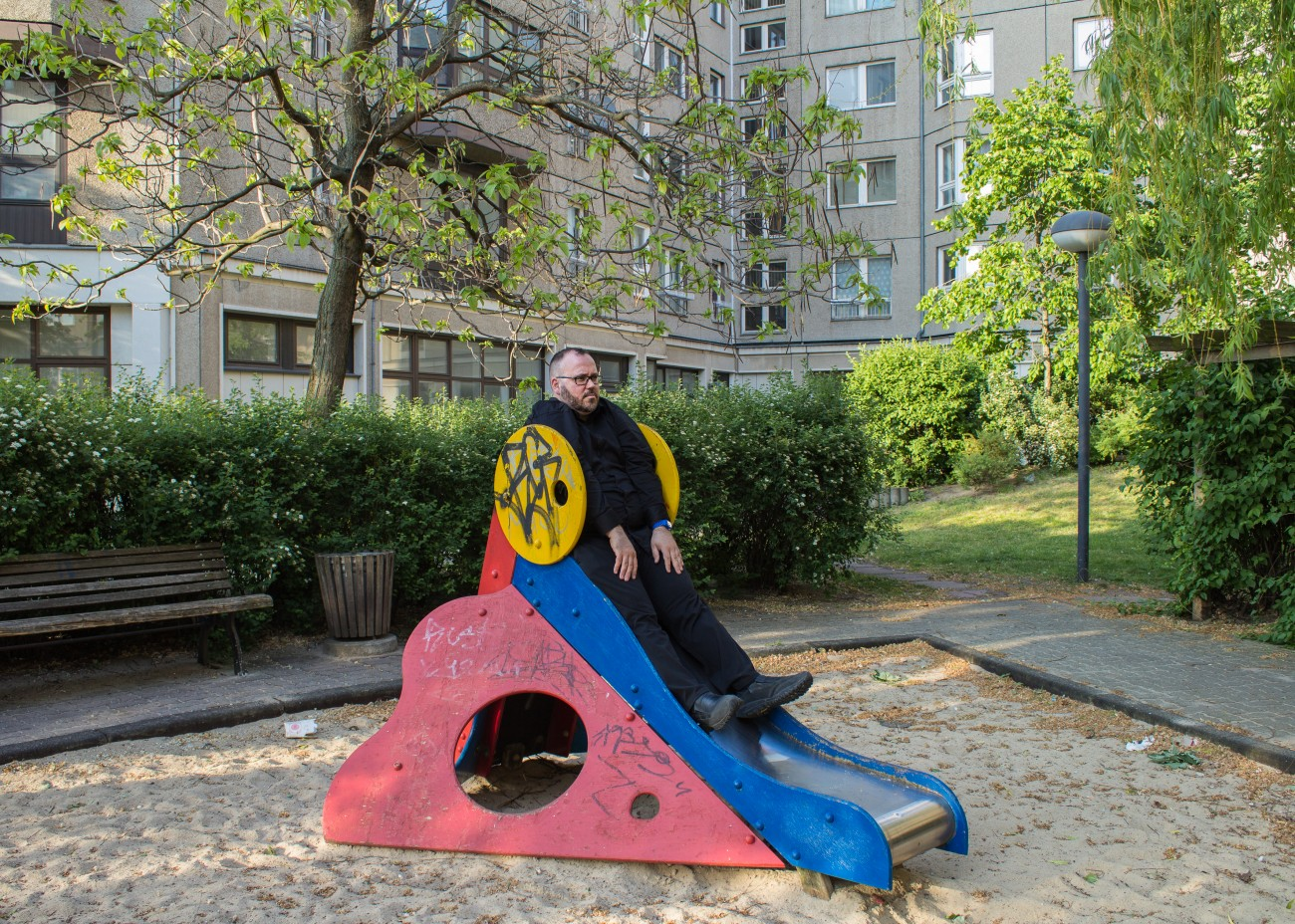 Steve Giasson. Performance invisible n° 113 (Attendre la guerre). Performeur : Steve Giasson. Crédit photographique : Martin Vinette. Führerbunker, Berlin. 15 mai 2016.