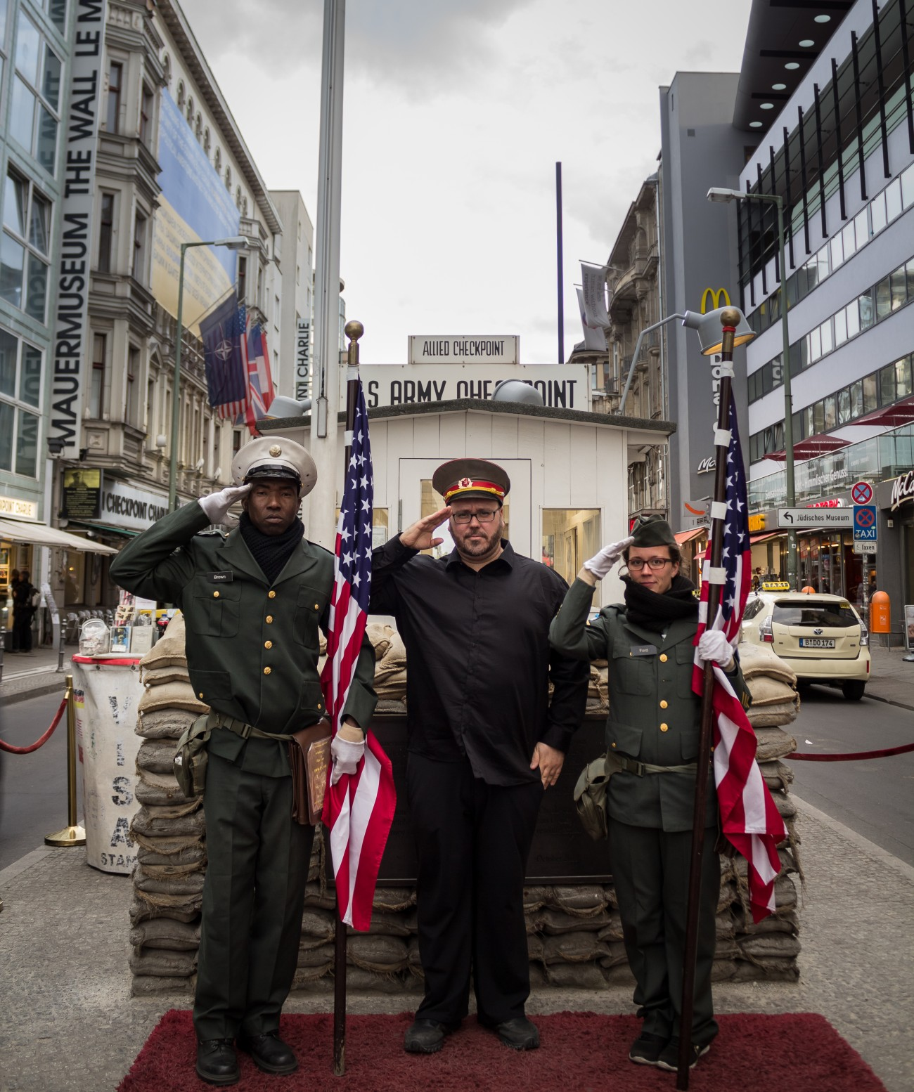 Steve Giasson. Performance invisible n° 114 (Passer à l'Est). Performeurs : Steve Giasson et deux performeurs anonymes. Crédit photographique : Martin Vinette. Checkpoint Charlie, Berlin. 14 mai 2016.