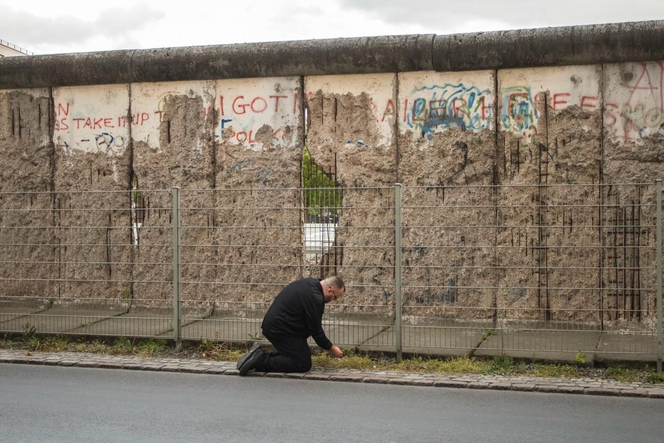 Steve Giasson. Performance invisible n° 115 (Arracher l'herbe (afin qu'elle reste verte)). Performeur : Steve Giasson. Crédit photographique : Martin Vinette. Mur de Berlin, Topographie des Terrors, Berlin. 14 mai 2016.