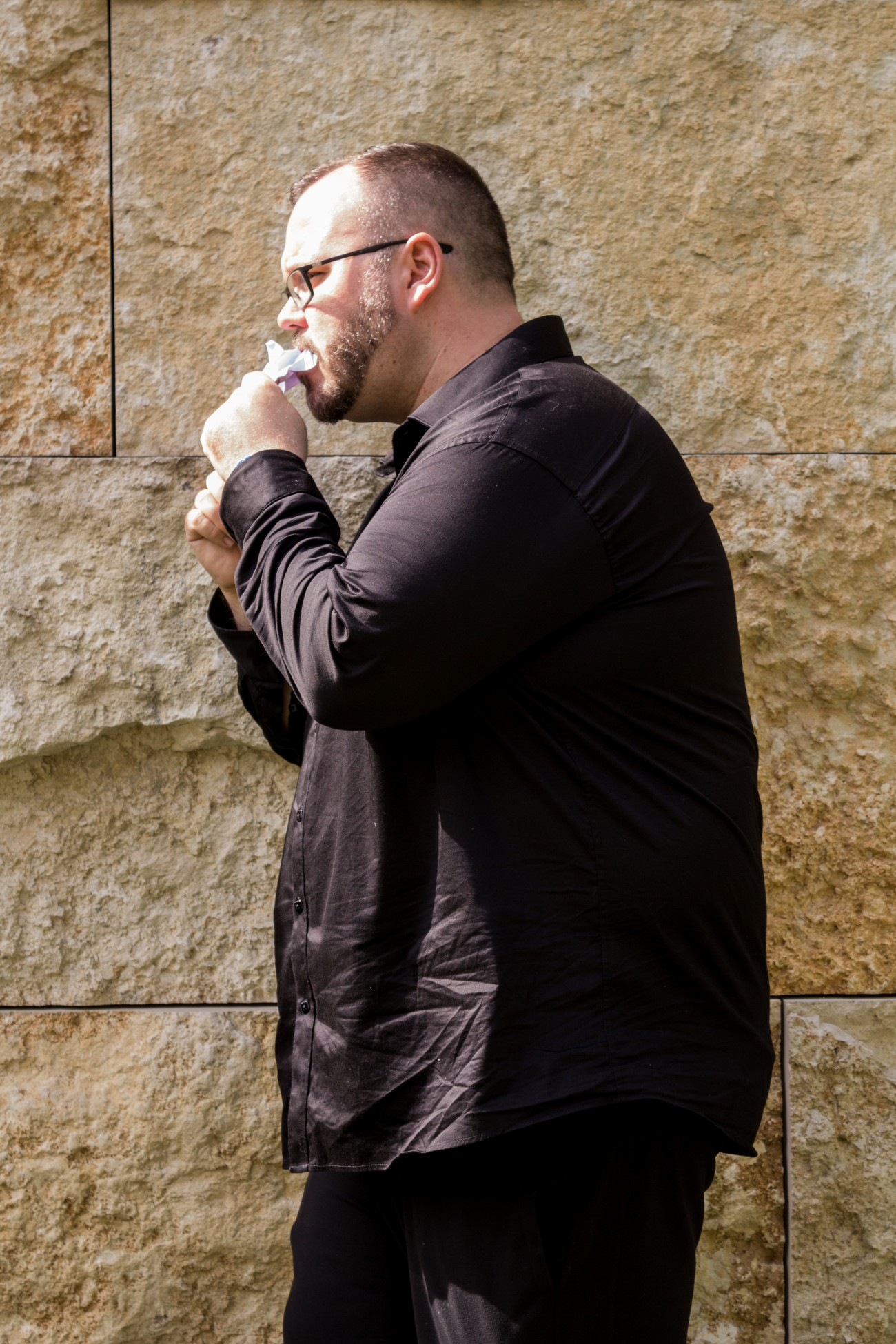 Steve Giasson. Performance invisible n° 116 (Manquer de mots). D'après Keith Arnatt. Art as an Act of Retraction. 1971. Performeur : Steve Giasson. Crédit photographique : Martin Vinette. I.G.-Farben-Haus, Goethe-Universität Frankfurt am Main. 21 mai 2016.