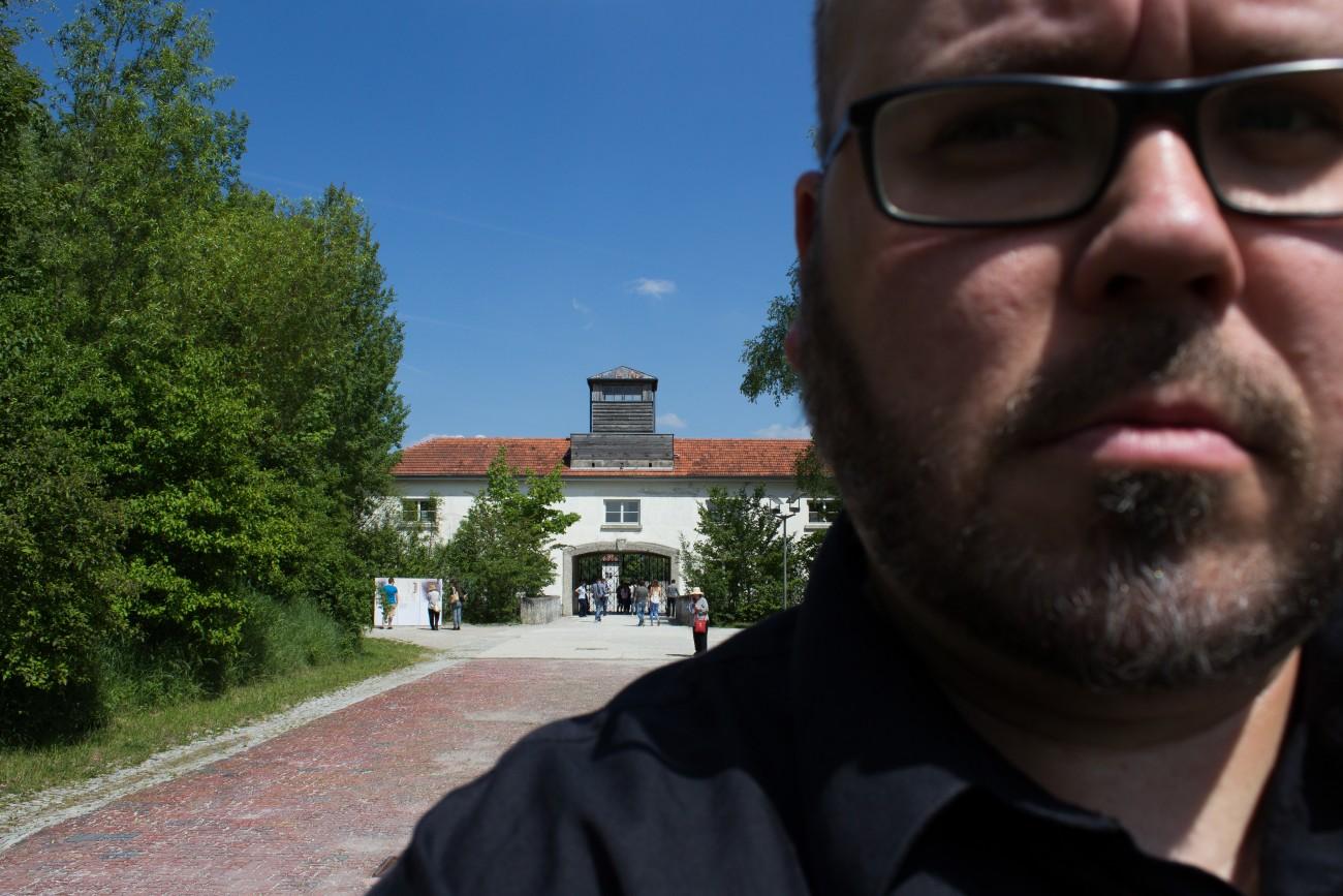 Steve Giasson. Performance invisible n° 117 (Tourner le dos). Performeur : Steve Giasson. Crédit photographique :Steve Giasson. Camp de concentration de Dachau. 26 mai 2016.
