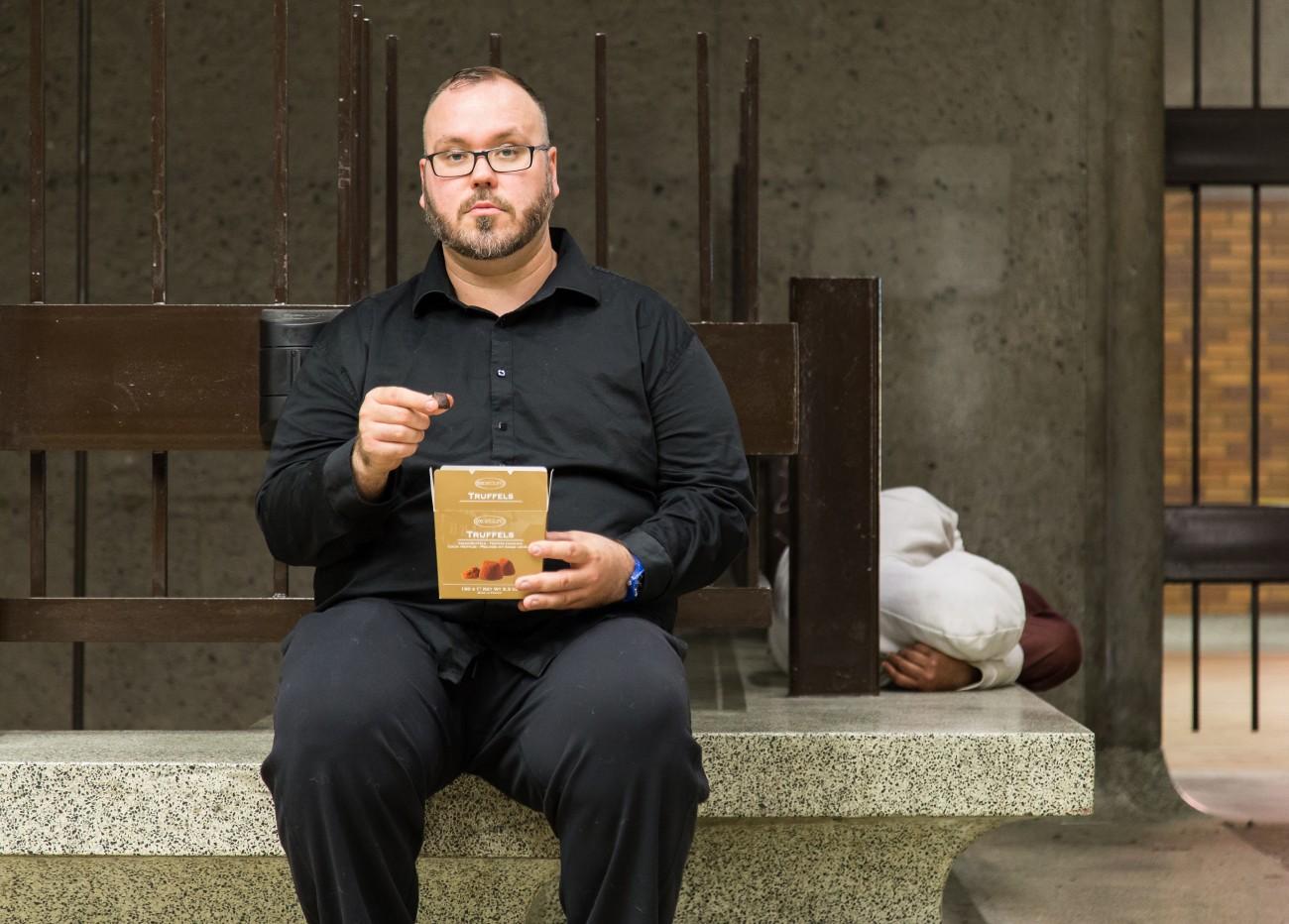 Steve Giasson. Performance invisible n° 125 (Manger des truffes au milieu des clochards). Performeur : Steve Giasson. Crédit photographique : Daniel Roy. Métro Bonaventure, Montréal. 8 juin 2016.