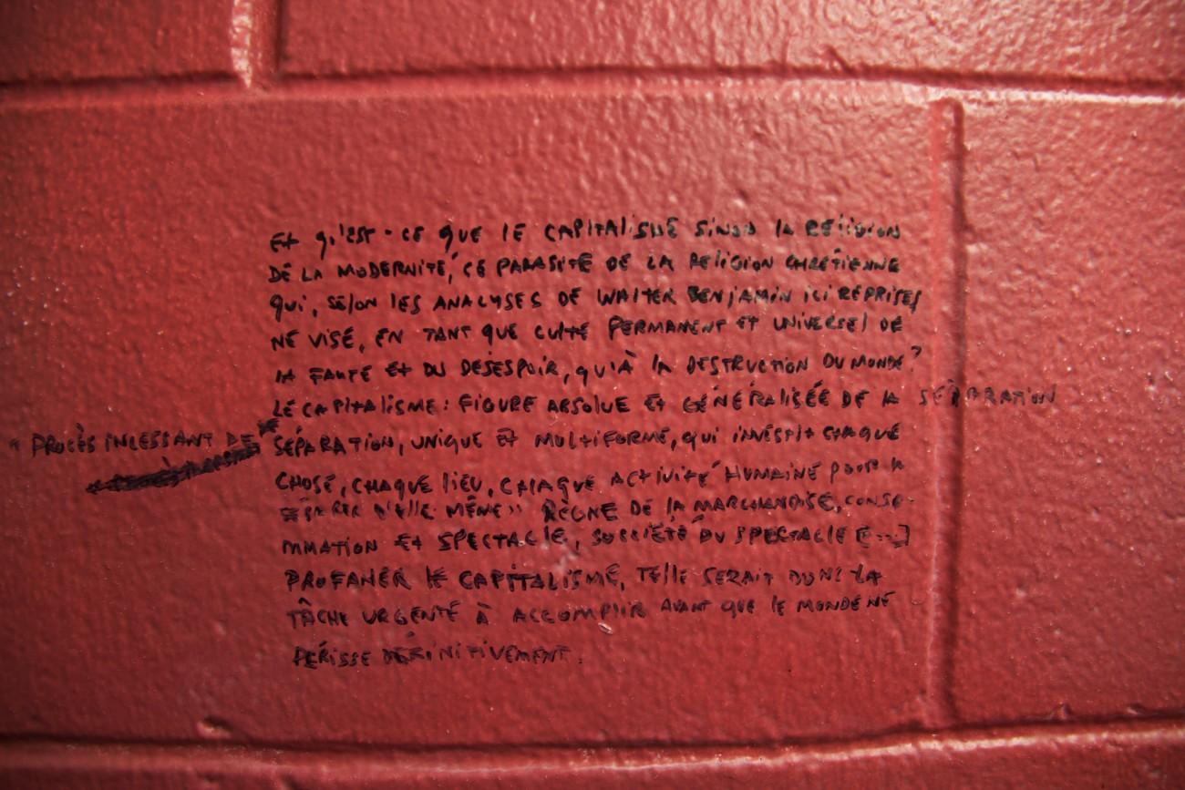 Steve Giasson. Performance invisible n° 71 (Écrire sur le mur d'une toilette publique d'une université une réponse à un problème philosophique présumé). Extrait de Pascal Chantier. Eloge de la profanation de Giorgio Agamben. ? Université du Québec à Montréal, Montréal. Performeur : Steve Giasson. Crédit photographique : Daniel Roy. 6 janvier 2016.