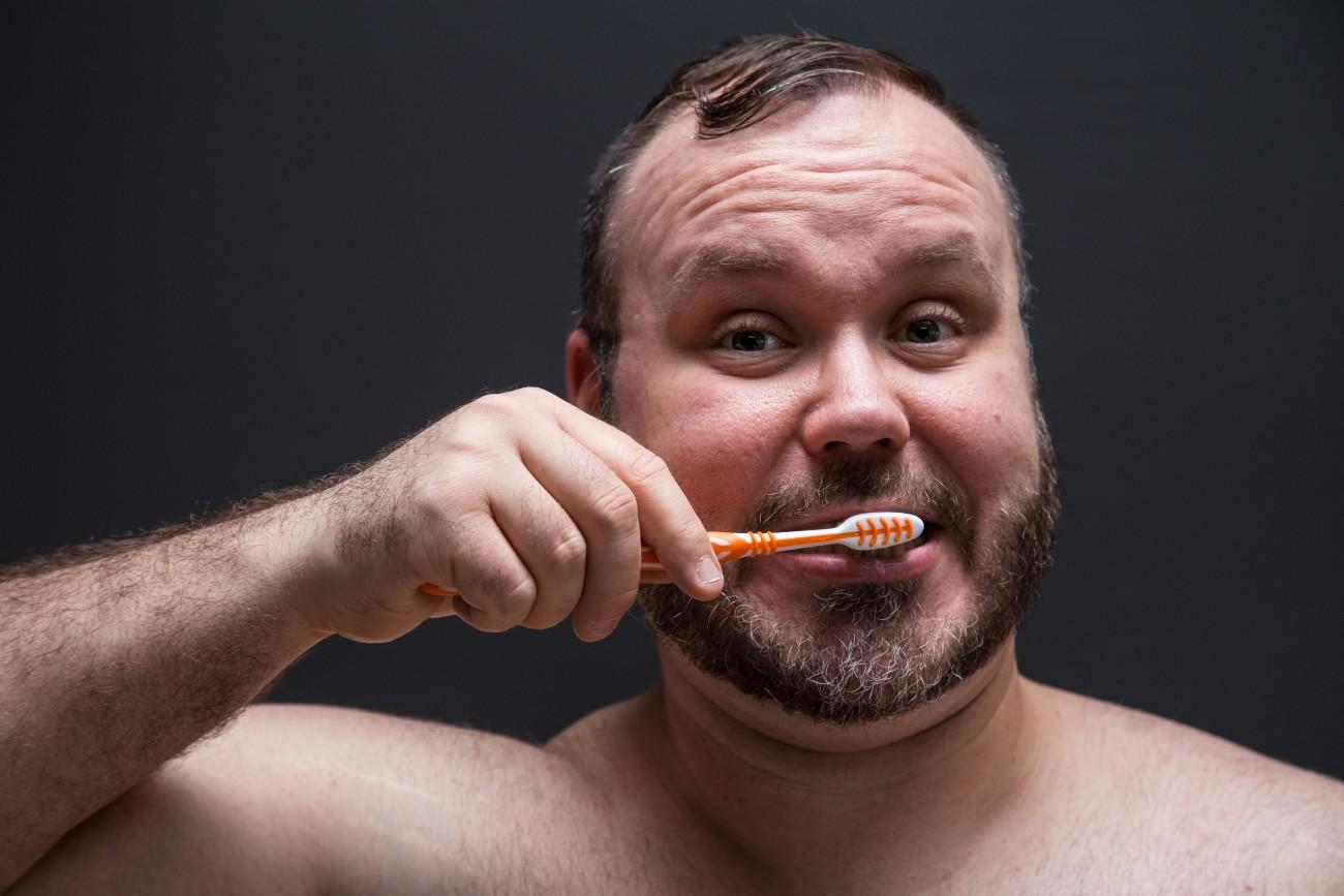 Steve Giasson. Performance invisible n° 95 (Se brosser les dents). D'après Ken Friedman. White Tooth Workshop. 1989. Performeur : Steve Giasson. Crédit photographique : Daniel Roy. 15 mars 2016.