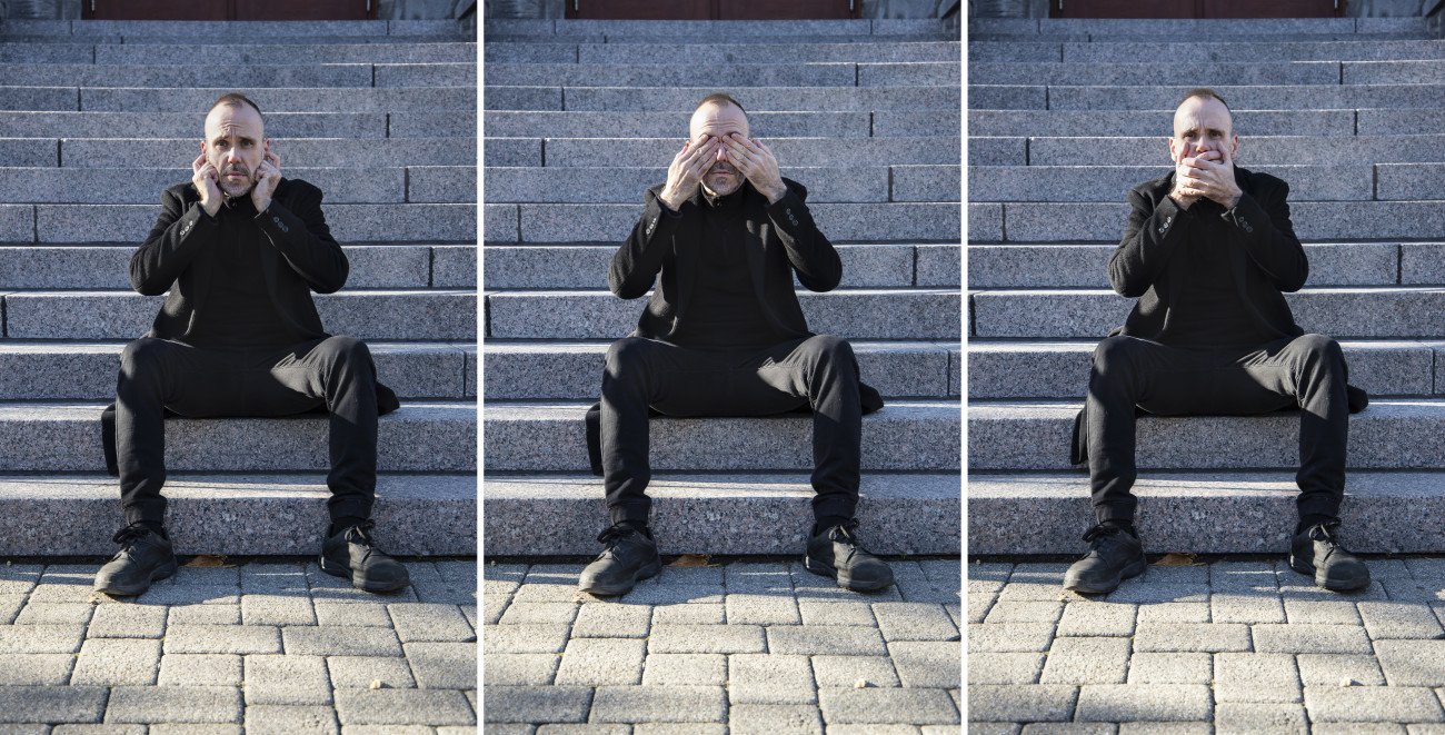 Steve Giasson.  Performance invisible n° 191 (Singer un peu tout le monde). Reenactment de Salvo (Salvatore Mangione). Improvvisazione. 1970-75. Reenactment de Tomislav Gotovac. Ne čujem, ne vidim i ne govorim (Tri majmuna) [No Hear, No See, No. Speak (Three Monkeys)]. 1979. Performeur : Steve Giasson. Crédit photographique : Martin Vinette. Retouches photographiques : Daniel Roy. 31 octobre 2020.
