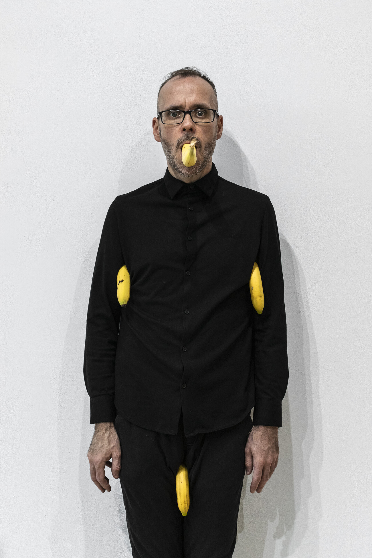 Steve Giasson. Performance invisible n° 173 (S'exhiber encore). Reenactment de Erwin Wurm. Untitled (4 bananas). 1999. Performeur : Steve Giasson. Crédit photographique : Martin Vinette. AXENÉO7, Gatineau. 5 novembre 2019.