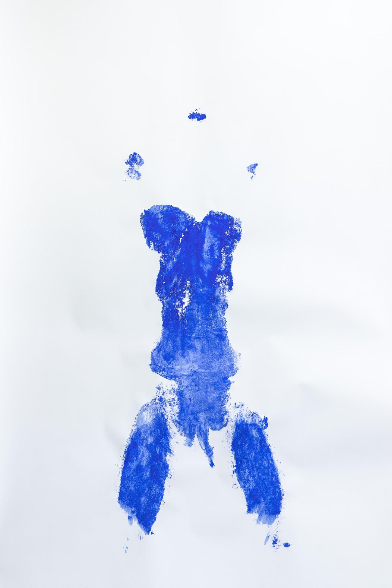 Steve Giasson. Performance invisible n° 222 (Manquer de présence). D'après Yves Klein. Anthropométrie sans titre. 1960. D'après Rachel Lachowicz. Red not Blue. 1992. Performeur : Steve Giasson. Crédit photographique: Martin Vinette. Retouches photographiques : Daniel Roy. 19 février 2021.