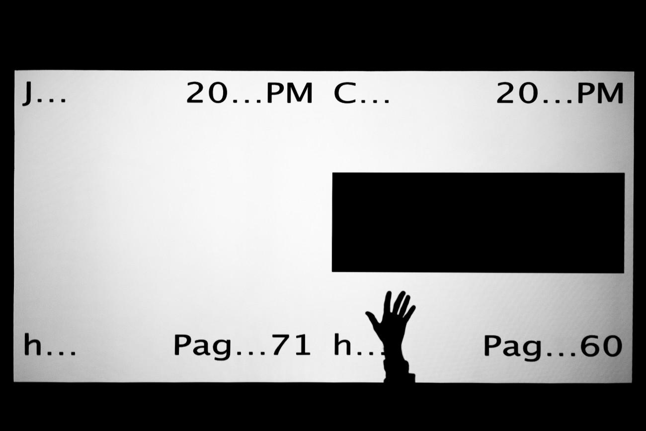 Steve Giasson. Performance invisible n° 242 (Saluer uneœuvre d'art). David Tomas. Lots. 2013-2018. Performeur : Steve Giasson. Crédit photographique : Martin Vinette. Retouches photographiques : Daniel Roy. Dazibao, Montréal. 16 mars 2021.