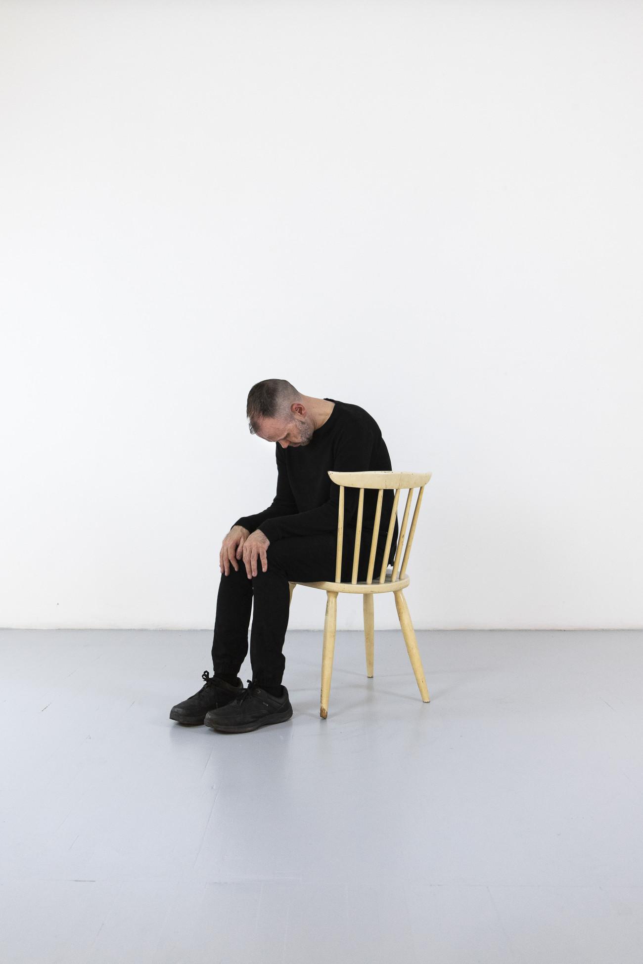 Steve Giasson. Performance invisible n° 247 (Apparaître hors-ligne). Reenactment de Helena Almeida. A cadeira branca [The White Chair]. 2013. Performeur : Steve Giasson. Crédit photographique : Martin Vinette. Retouches photographiques : Daniel Roy. 15 avril 2021.