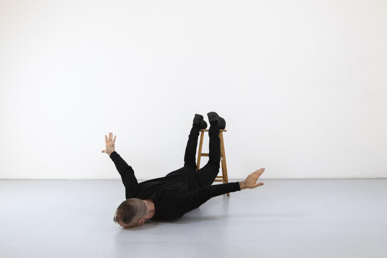 Steve Giasson. Performance invisible n° 249 (Tomber de haut). Reenactment de Helena Almeida. Voar (To Fly). 2001. Performeur : Steve Giasson. Crédit photographique : Martin Vinette. Retouches photographiques : Daniel Roy. 15 avril 2021.