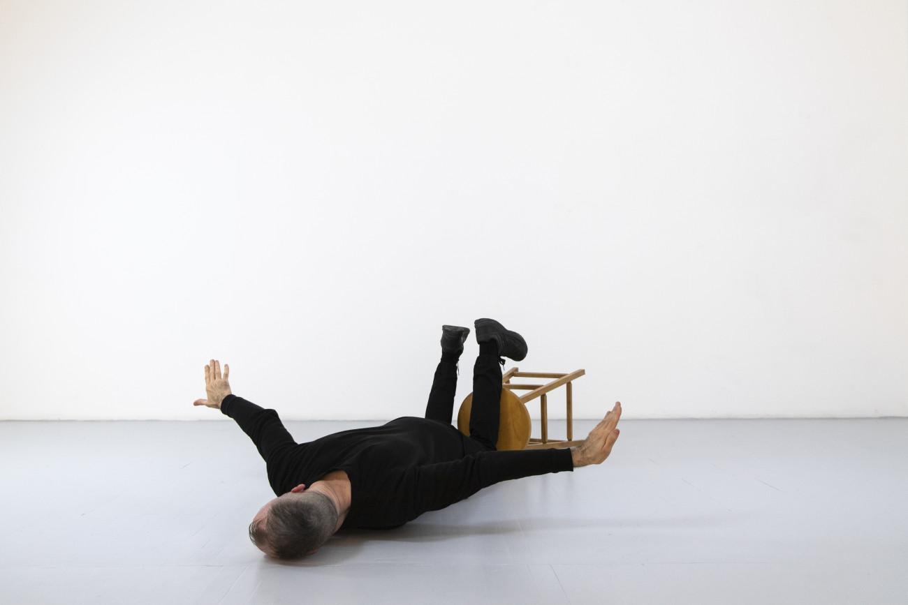 Steve Giasson. Performance invisible n° 250 (Voler bas). Reenactment de Helena Almeida. Voar (To Fly). 2001. Performeur : Steve Giasson. Crédit photographique : Martin Vinette. Retouches photographiques : Daniel Roy. 15 avril 2021.