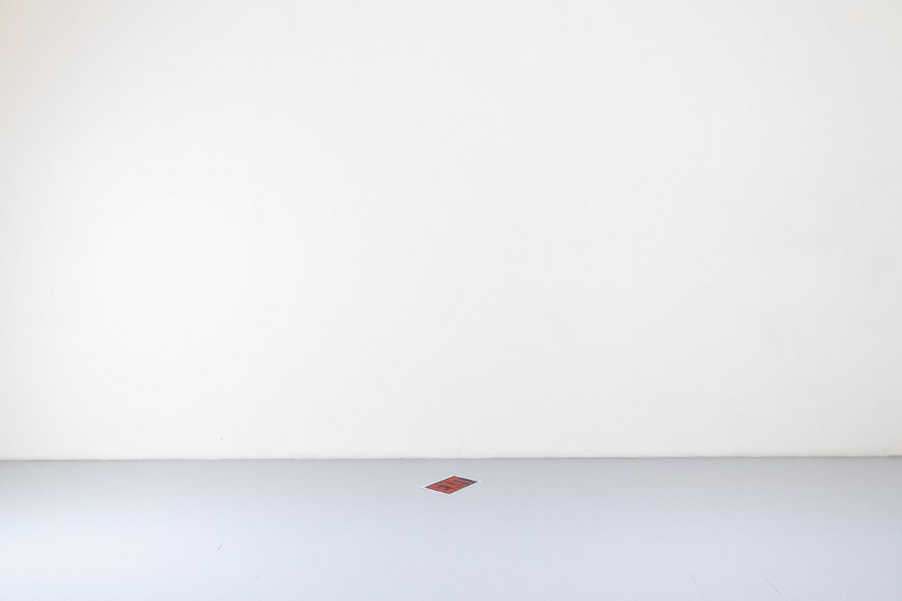 Steve Giasson. Performance invisible n° 252 (Chercher la sortie). D'après George Brecht. Word Event • Exit. 1961. Performeur : Steve Giasson. Crédit photographique : Martin Vinette. Retouches photographiques : Daniel Roy. 15 avril 2021.