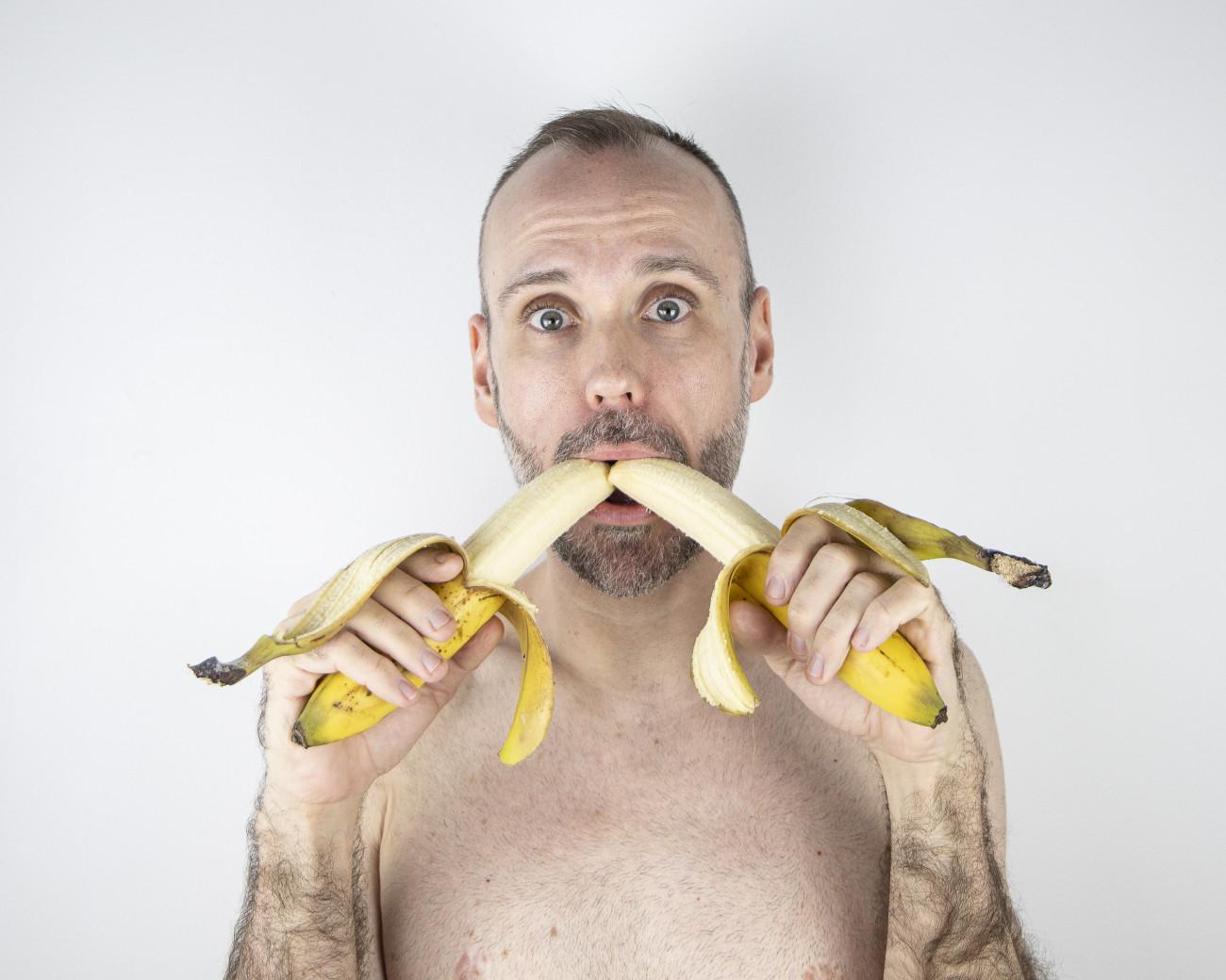 Steve Giasson.  Performance invisible n° 192 (Manger une banane). D'après Andy Warhol. Mario Banana I et II. 1964. D'après Natalia LL (Natalia Lach-Lachowicz). Consumer Art. 1972-1975. D'après Andy Warhol. self portrait eating banana. 1982. D'après Sarah Lucas. Eating a Banana. 1990. D'après Karol Radziszewski. Taste It. 2006.Performeur : Steve Giasson. Crédit photographique : Martin Vinette. Retouches photographiques : Daniel Roy. 28 octobre-5 novembre 2020.